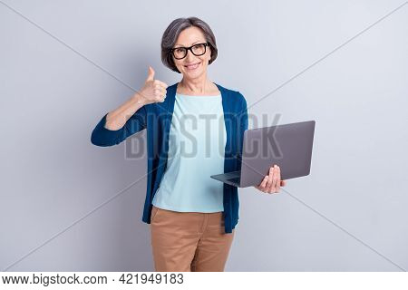 Photo Portrait Of Elder Business Woman With Grey Hair Keeping Laptop Showing Thumb-up Sign Isolated