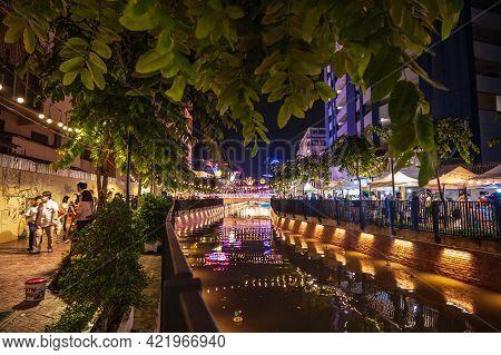 Bangkok/thailand - 31 October 2020:unacquainted People Come To Visit Loi Krathong Festival On Khlong