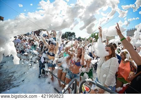 Minsk. Belarus - June 2016: Foam At The Party Flies At Cheerful People. Foam Entertaining Party, Peo
