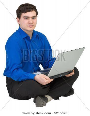 Kaufmann sitzt auf dem Stockwerk mit dem laptop