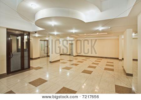 geräumige Halle des modernen Wohngebäude