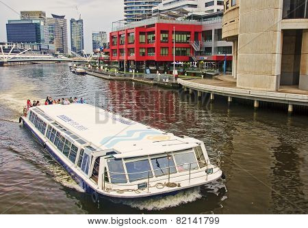 Melbourne, Australia  - Januar 13, 2015: Yara River Runs Through