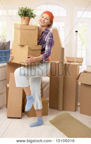 Lächelnde Frau, die die Boxen bei Umzug.