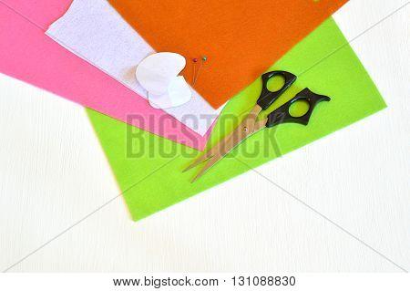 Felt sheets, paper templates, scissors, pins - sewing set for the felt mushroom. Tutorial