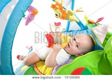 Happy Baby spielen in Baby Gym Spielzeug, isolated on white Background.