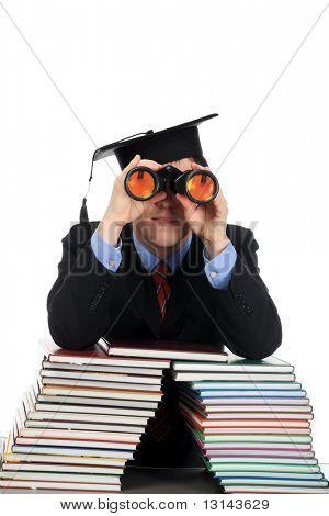 Retrato de un joven mirando a través de un binocular. Tema: Educación carrera éxito.