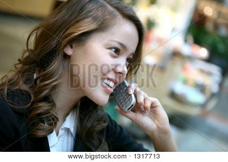 Mooie vrouw op de telefoon