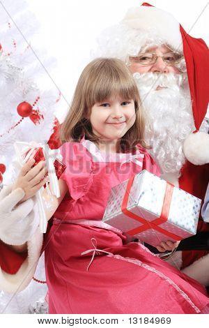 Thema Weihnachten: Weihnachtsmann und kleines Mädchen.
