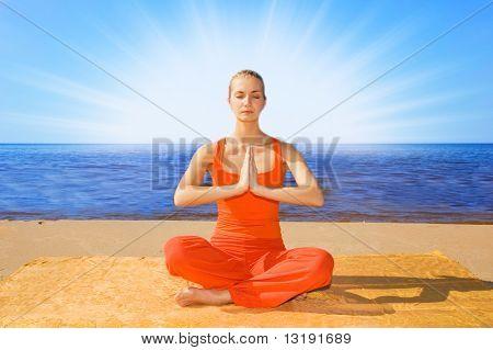 Красивая девушка, Размышляя на пляже