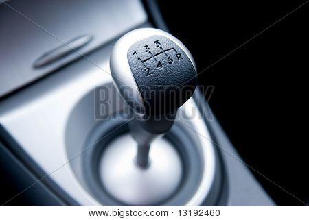Sechs-Geschwindigkeit-Getriebe-Stick in ein neues Sport-Auto (shallow DoF)