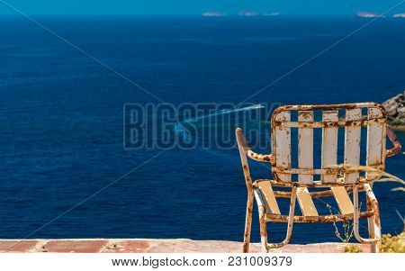 Take A Look On The Sea On This Grunge Chair