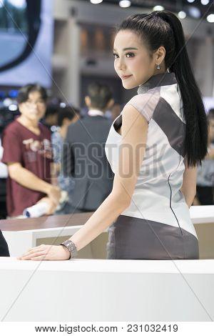 Bangkok-thailand-3 December 2017: Unidentified Model With Presenters At Motor Show Muangthong 2017 -