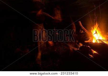 Photo Picture Of A Camp Fire In The Night