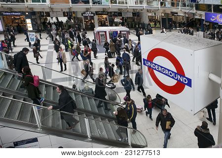 Liverpool St. Train Station Concourse. Travellers And Commuters
