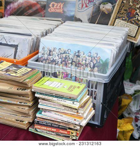 London-september 27, 2008 : Spitalfields Antic Market In London. Market Is Fourth Most Popular Attra