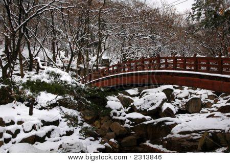 Asiatische Brücke im Winter
