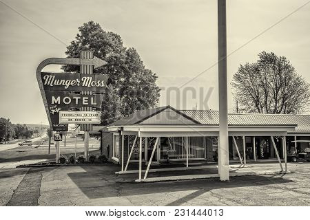 Lebanon, Missouri, Usa - May 11, 2016 : Munger Moss Motel And Vintage Neon Sign On Historic Route 66