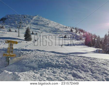 Verschneiter Wanderweg Auf Dem Berggipfel Im Winter