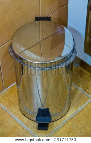 Garbage Container With Mechanical