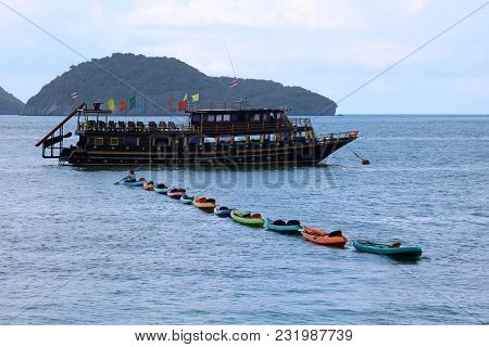 Asian Guide Paddle By Towing The Kayak And Tied Together In A Row Back To The Big Boat.raining Seaso