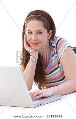 Junges Mädchen mit Stock, mit Laptop, lächelnd in die Kamera.