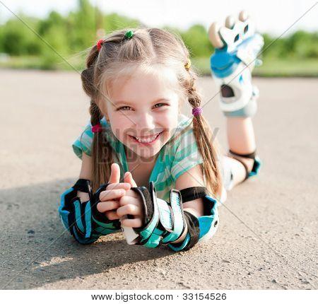 Meisje rolschaatsen in een park in