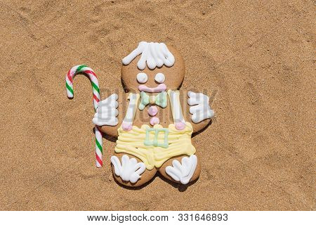 Gingerbread Cookie Men With Candy Cane On Sandy Beach. Closeup Flat Lay. Merry Christmas And Happy N
