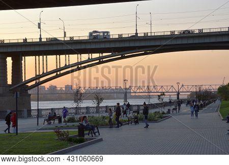 Novosibirsk, Siberia, Russia - 08.05.2019: Embankment Under The October Arch Bridge Over The Ob Rive
