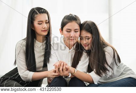 Three Women Are Sad, Crying They're Comforting Their Sad Friends. They Gradually Encouraged Me To Ov