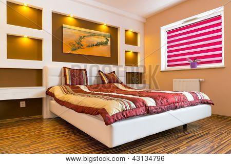Master Bedroom Interior mit Bild von Schiffbruch an der Wand. Foto von Schiffbruch steht in meinem
