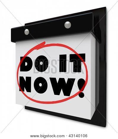 Ein Wandkalender mit den Worten Do It Now symbolisieren die Bedeutung der Durchführung einer Aufgabe oder schlagen