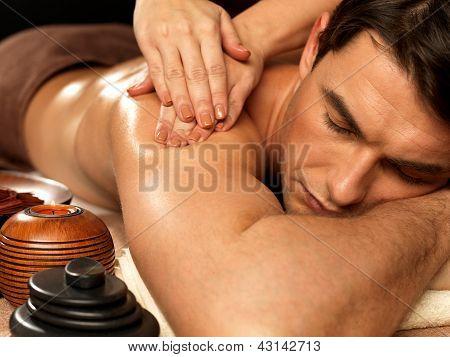 Hombre con masaje en el Spa Salon