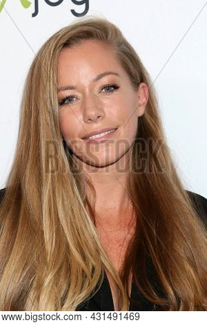 LOS ANGELES - AUG 20:  Kendra Wilkinson at the 21st Annual Harold and Carole Pump Foundation Gala at the Beverly Hilton Hotel on August 20, 2021 in Beverly Hills, CA