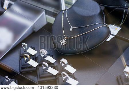 Jewelry Diamond Show In Shop Window Display