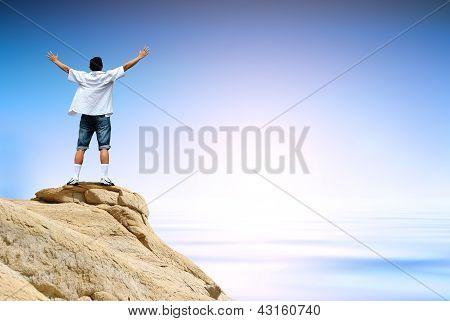 Homem vencedor no topo da montanha