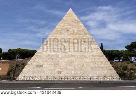 Pyramid Of Cestius (piramide Di Caio Cestio Oder Cestia) In Rome, Italy, Antique Grave Of  Gaius Ces