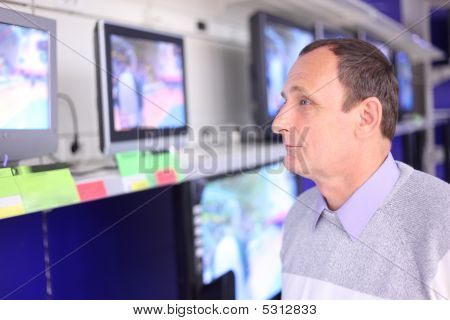 L'uomo anziano nel negozio Guarda TV