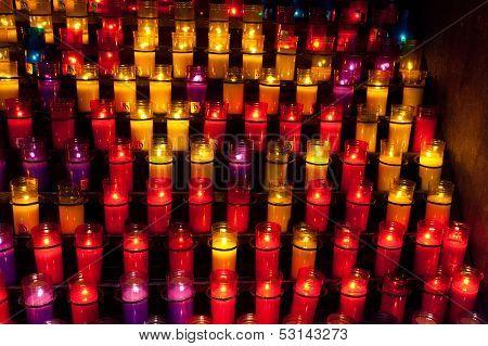 Velas de igreja em candelabros transparentes vermelhos e amarelos