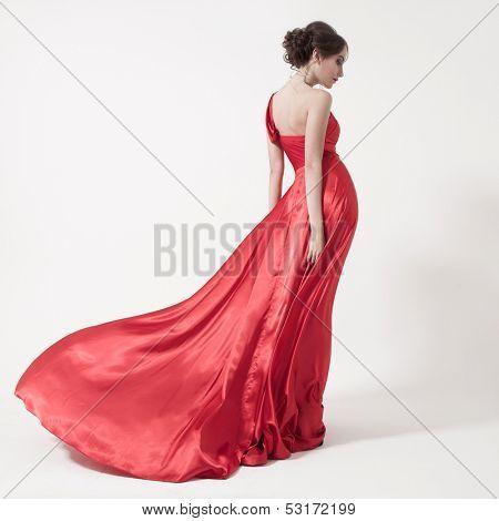 Junge Schönheit Frau im roten Kleid flattern. Weißer Hintergrund.