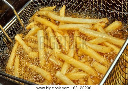 Fries in a deep fryer