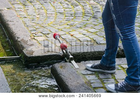 Small Water Lock Hand Operated