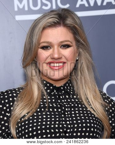 LOS ANGELES - MAY 17:  Kelly Clarkson arrives for the 'Kelly Clarkson photo call for the 2018 Billboard Music Awards on May 17, 2018 in Universal City, CA