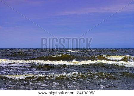 Sea, waves and horizon