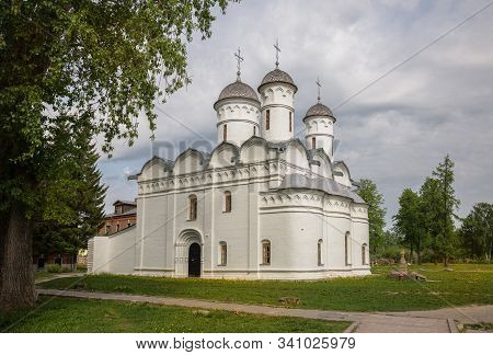 Cathedral Of Deposition Of Robe Of The Mother Of God In Rizopolozhensky Monastery In Suzdal. Robe De