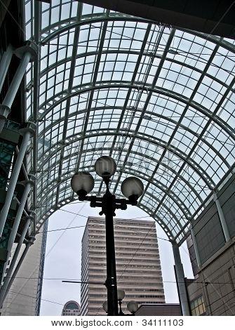 Arco de cristal de ciudad con farola