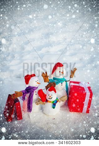 Delivery Gifts. Snowman Gifting. Snowman - Father, Mother And Snowman - Baby Surprise Outdoor. Snow