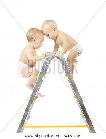 Dos bebés de subir en la escalera y luchando por el primer lugar