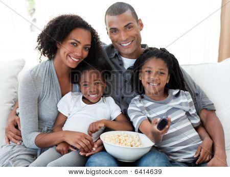 Familia afroamericana en casa viendo la televisión