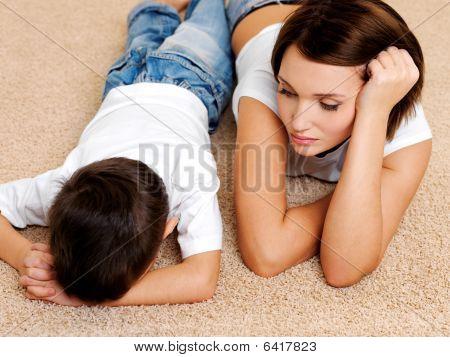 Mutter und seine Ungehorsam schuldig crying Sohn