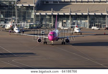 Wizz Air Airbus A320 aircraft running to the parking